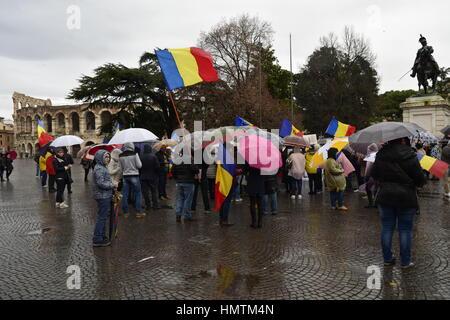 Vérone, Italie. 05Th Feb 2017. Peuple roumain de Verona protester contre le gouvernement roumain en face de la célèbre Banque D'Images