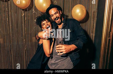 Image of young couple having fun at disco. Jeune homme et femme jouissant d'un parti. Banque D'Images