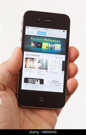 BATH, Royaume-Uni - 15 janvier 2014: la main d'un homme tenant une Pomme iPhone 4s qui affiche la première page Banque D'Images