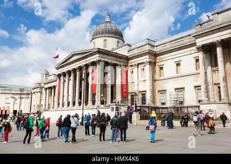Londres - le 26 avril: les touristes et les artistes de rue en dehors de la National Gallery à Trafalgar Square, Banque D'Images