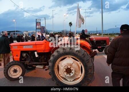 Argos, Grèce. 6 Février, 2017. Les agriculteurs et les éleveurs d'Argos, le lundi 6 février 2017, fait un bloc de deux heures de route Corinthe - Argos dans le Péloponnèse. La tension provoquée par les conducteurs et les agriculteurs au point de blocus après le fait .les agriculteurs et éleveurs de la réunion, à l'initiative de la Fédération des associations agricoles de la région du Péloponnèse. Credit: VANGELIS/BOUGIOTIS Alamy Live News