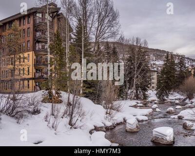 Gore Creek, Vail Village, l'hiver, station de ski de Vail, Vail, Colorado. Banque D'Images