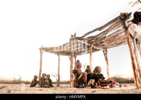 Les femmes Himba se faire coiffer Banque D'Images
