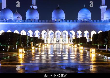 La Grande Mosquée Sheikh Zayed est éclairée la nuit. Abu Dhabi, Emirats Arabes Unis, Moyen Orient Banque D'Images