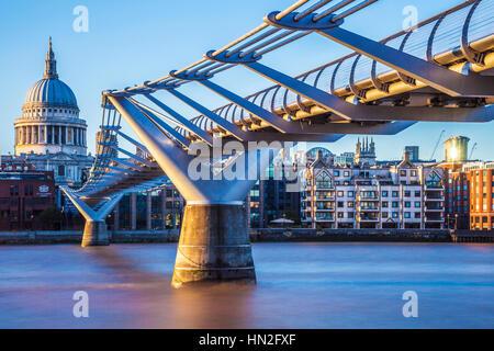 Soir lumière tombe sur le Millennium Bridge et de la Cathédrale St Paul à Londres. Banque D'Images