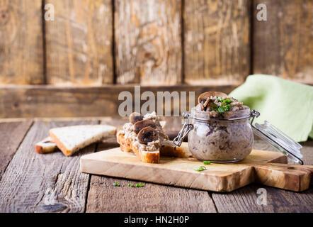 La pâte de haricots et champignons fait maison. Pate dans un bocal en verre sur la table en bois rustique. La nourriture Banque D'Images