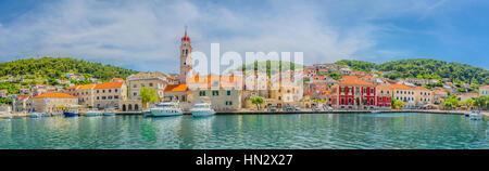 Panorama côtier de petite place pittoresque sur l'île de Brac au cœur de la Dalmatie, Croatie région Europe. Banque D'Images