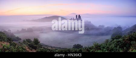 Château de Corfe sur un matin brumeux. Banque D'Images