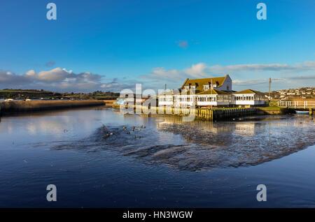 West Bay, Dorset, UK. 7 février 2017. Météo britannique. Le restaurant Riverside à côté de la rivière Brit sur un Banque D'Images