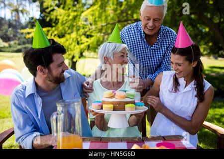 Happy Family celebrating Birthday party in park Banque D'Images