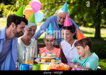 Heureux anniversaire fête familiale multigénérationnelle dans park Banque D'Images