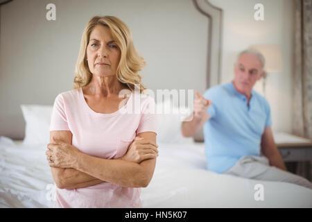 Couple senior en colère dans la chambre à la maison Banque D'Images