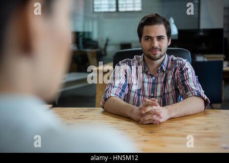 Des chefs d'entreprise d'embauche avec woman in office Banque D'Images