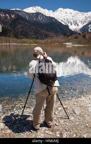 Kamikochi, JAPON - 19 mai 2012: vue arrière d'un homme à photographier les beaux paysages de montagne et lac à Kamikochi au Japon les Alpes du Nord.