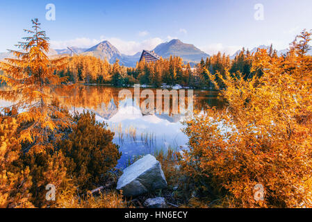 Majestic Mountain Lake dans le Parc National des Tatras. Strbske Pleso, Slovaquie, Europe. Banque D'Images