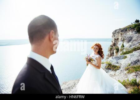 Wedding couple séjournant plus beau paysage Banque D'Images
