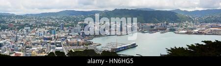 Wellington, Nouvelle-Zélande - 18 novembre 2013: Ville, Port & waterfront panorama sur un jour de printemps en Banque D'Images