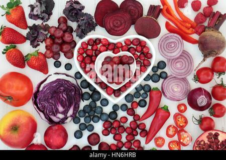 Violet et Rouge nourriture santé avec des fruits et légumes dans des plats en porcelaine en forme de coeur et lâche Banque D'Images