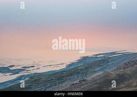 Vue sur le Grand Lac Salé en Utah depuis le haut de l'île d'antilope pendant le coucher du soleil