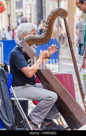 La ville de Québec, Canada - le 27 juillet 2014: Vieil homme jouant de la harpe sur la rue du centre-ville Banque D'Images
