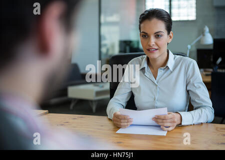 Des chefs d'entreprise d'embauche avec man in office Banque D'Images