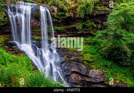 Cascade avec feuillage vert luxuriant en Caroline du Nord Banque D'Images