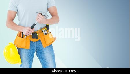 Digital composite de Carpenter de tronc avec hammer against blue background Banque D'Images