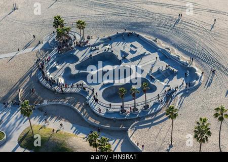 Los Angeles, Californie, USA - 17 décembre 2016: antenne de populaires parc de planche à roulettes à Venice Beach en Californie du Sud.