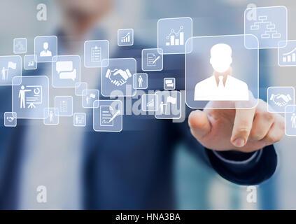 La gestion des ressources humaines (RH) concept sur un écran virtuel à l'interface avec une personne d'affaires Banque D'Images