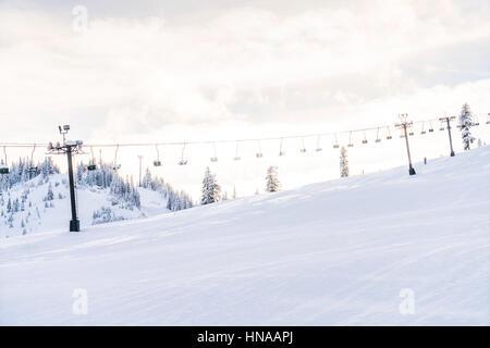 De belles montagnes sur la neige en ski de fond de ciel bleu.