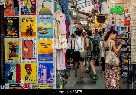 STANLEY, HONG KONG - SEPT 2013 - Touristes shopping au marché de Stanley, Hong Kong Banque D'Images