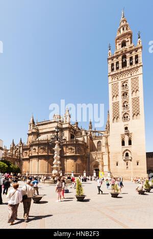 Séville, Espagne - 1 mai 2016: La Giralda, ancien minaret, aujourd'hui clocher de la Cathédrale de Séville. Les Banque D'Images