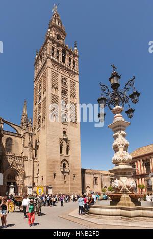Séville, Espagne - 1 mai 2016: La Giralda, le clocher de la Cathédrale de Séville et la fontaine sur la Plaza de Banque D'Images