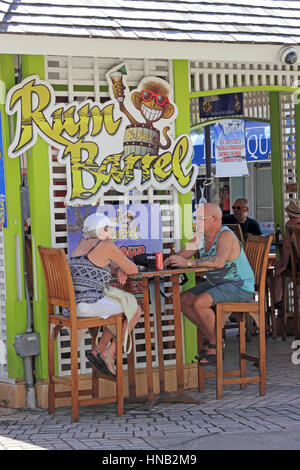 Couple d'âge moyen de l'alcool à Rum Barrel bar, Port Zante, Basseterre, Saint Kitts