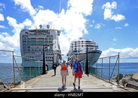 Viking Star et P & O Azura les bateaux de croisière amarrés à Port Zante, Basseterre, Saint Kitts