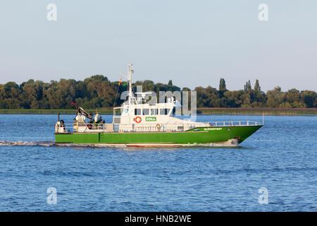 Stade, Allemagne - le 30 août 2016: les douaniers allemands GLÜCKSTADT bateau sur l'Elbe. Banque D'Images