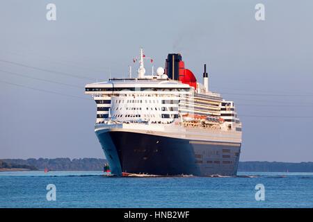 Stade, Allemagne - le 30 août 2016: navire de croisière de luxe RMS Queen Mary 2 sur l'Elbe en direction de Southampton. Banque D'Images