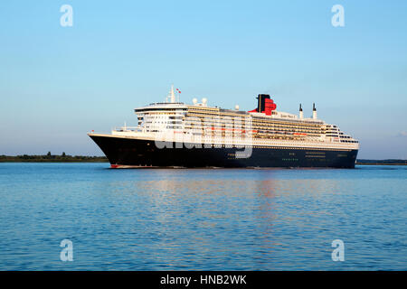 Stade, Allemagne - le 30 août 2016: un paquebot de croisière de luxe RMS Queen Mary 2, au départ de Hambourg à Banque D'Images
