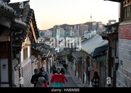 Le village de Bukchon Hanok, un village traditionnel coréen à Séoul, Corée du Sud, en Asie. Les touristes et les Banque D'Images