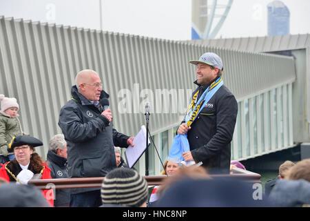 Gosport, Hampshire, Royaume-Uni. 11 février 2017. Alex Thomson arrivant de retour dans sa ville natale de Gosport Banque D'Images