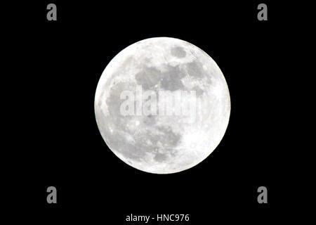Berlin, Allemagne. 10 fév, 2017. La pleine lune brille au-dessus de Berlin, Allemagne, 10 février 2017. Photo: Banque D'Images