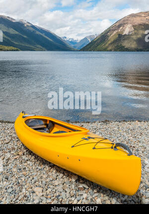 Kayak jaune allongé sur la plage, lac Rotoiti, Nelson Lakes National Park, district de Tasmanie, île du Sud, Nouvelle Banque D'Images