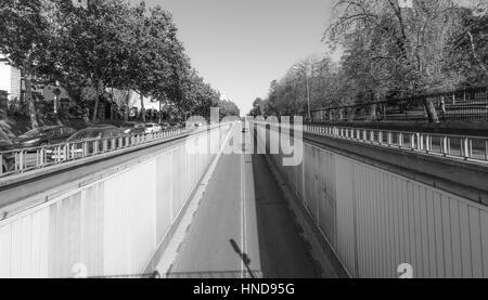 Noir & blanc, scène de rue à Madrid. Soleil brille sur la Calle del Alfonso où il entre dans un tunnel qui passe Banque D'Images