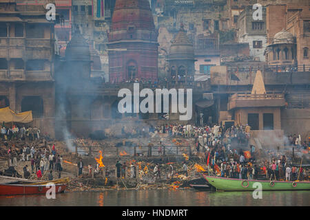Paysage, panorama,vue panoramique,la crémation des corps, à Manikarnika Ghat ghat, l'incendie, sur les rives du Banque D'Images