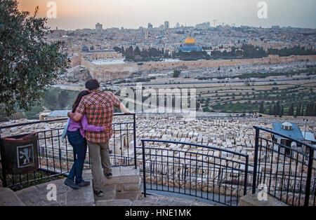 L'amour, amoureux, romantique, coucher de soleil, couple, femme, homme, le Mont des olives, vue sur Jérusalem depuis Banque D'Images