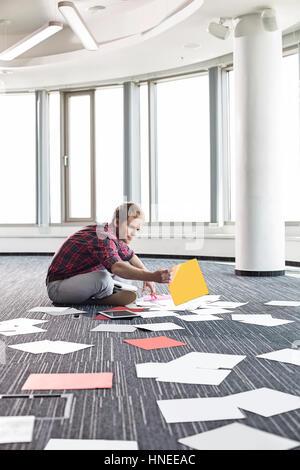 L'organisation des photographies d'affaires tout en restant assis sur marbre à creative office Banque D'Images
