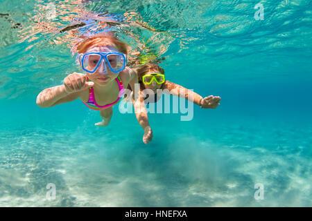 Happy Family - mother with baby girl plonger, nager sous l'eau avec piscine mer in. Parent, actif, de l'eau personnes Banque D'Images
