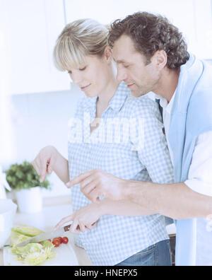 Un couple de faire une salade saine dans la cuisine Banque D'Images