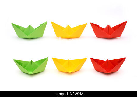 Du papier de couleur, de bateaux, de l'origami. Vert, jaune et rouge papier Banque D'Images