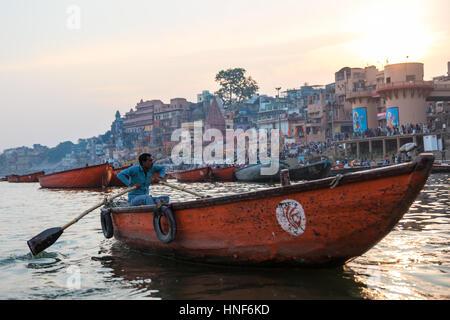 04/02/2017. Varanasi, Inde. Varanasi, une des villes les plus saintes de l'Inde, vu depuis un bateau sur le Gange. Banque D'Images